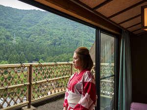 喧騒からはなれ、窓から眺める四季折々の景色を静かに眺める旅。