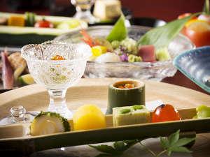 加賀料理と源泉かけ流しの宿 山中温泉 すゞや今日楼:料理長こだわりの料理が並ぶ特撰会席。