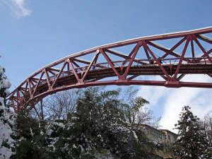加賀料理と源泉かけ流しの宿 山中温泉 すゞや今日楼:雪景色のあやとり橋。天気の良い日はカメラ片手に散策もおすすめ!