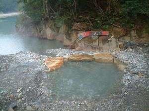 川湯温泉 亀屋旅館:川原に作った亀屋専用の露天風呂。対岸にあるので人目を気にすることなくゆっくり自然の中で入浴できます。