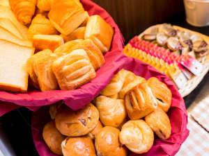 スーパーホテル出雲駅前:パンの種類も豊富に揃えております♪