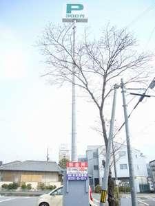 当ホテルの関連会社、共栄商事の駐車場です。1泊¥300