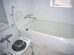 【和室 山茶花】の  お部屋のお風呂。浴槽も大きく、のんびりと寛げます。