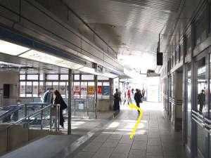 ②エスカ(地下街)を通りすぎて、JR高速バス切符売り場の手前で左に曲がります。