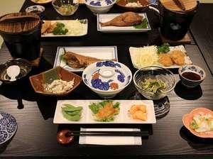 湯宿温泉 薬師の湯 大滝屋 :夕食の一例長期連泊のお客様もいらっしゃるため毎日違ったメニューになります。