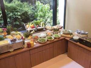 朝食 地元野菜のサラダや兵庫の名物料理に定番メニューを取りそろえた「神戸の朝ごはん」をどうぞ!