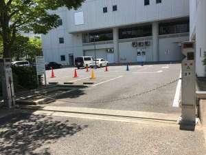 ホテル駐車場。大型車はチェーンゲートからの出入りが可能でございます。