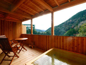 伊豆最大の大滝 AMAGISO-天城荘-[LIBERTY RESORT]:【檜露天風呂】移ろう季節を背にループ橋を眺めながら24時間入浴可