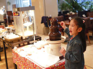 ホテル京阪 ユニバーサル・タワー:お子さまに大人気のチョコレートファウンテン。
