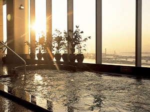 ホテル京阪 ユニバーサル・タワー:31階天然展望温泉(有料) 西向きの浴室からは夕・夜景をお愉しみいただけます。