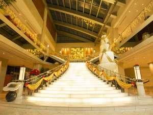ホテル京阪 ユニバーサル・タワー:★クリスマス装飾★恋人の聖地にも選ばれているエントランスから続く大階段はフォトスポットとしても人気