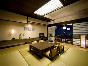 8階萩晴れフロアモダン客室一例 市内側のお部屋からは萩市街を一望、遠くに日本海をも望めます
