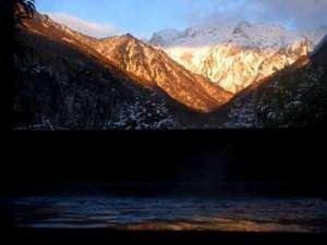 水素風呂と美食と・・・。谷川温泉やど莞山KANZAN:正面には雪化粧をして朝日を浴びる『谷川連峰 マナイタ倉』