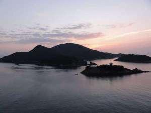 絆が深まる宿 和(旧鞆シーサイドホテル):ホテルから見る仙酔島の夜明けです。神秘の島へもぜひお渡りください