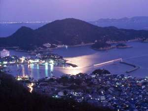 絆が深まる宿 和(旧鞆シーサイドホテル):暮れゆく鞆の浦の映像です。崖の上のポニョの舞台にもなりました。