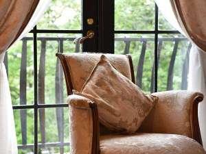 オーベルジュ オー・ミラドー:お庭の緑が美しい窓辺