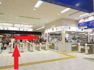 新幹線改札口を出て右に進んで下さい。