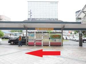 エスカレーターを降りると桜島口。真正面に市電の案内があります。右に曲がって下さい。
