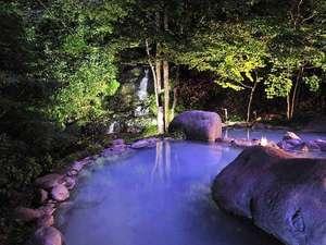 【露天風呂 八重九重の湯】昼とはまた違った幻想的な雰囲気をお楽しみいただけます