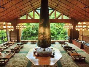 星野リゾート 奥入瀬渓流ホテル:【ラウンジ 森の神話】岡本太郎作の巨大暖炉「森の神話」が印象的な寛ぎの空間