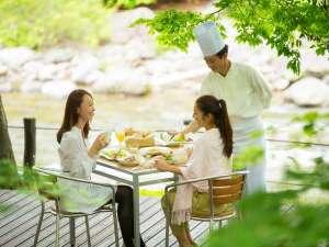 星野リゾート 奥入瀬渓流ホテル:【渓流テラス朝食】(期間限定)渓流沿いのテラスで朝食を。優雅なひとときをお過ごし下さい