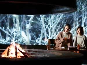 星野リゾート 奥入瀬渓流ホテル:【冬のラウンジ】夕食後は、暖炉の前でBarTimeをお楽しみください。