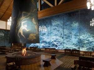 星野リゾート 奥入瀬渓流ホテル:【冬のラウンジ】ラウンジでは、窓一面に広がる雪と氷のアートを鑑賞できます。