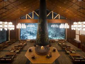 星野リゾート 奥入瀬渓流ホテル:【ラウンジ 森の神話】岡本太郎の大暖炉を備える寛ぎの空間。窓一面の雪と氷の世界をゆったり眺めます。