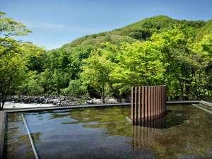 星野リゾート 奥入瀬渓流ホテル:【渓流露天風呂】すぐそばを流れる奥入瀬渓流を望む、絶景露天風呂。至福のひとときお過ごしください