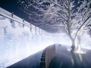 星野リゾート 奥入瀬渓流ホテル:【氷瀑の湯】アイスブルーに輝く氷瀑を望む絶景露天風呂。12月末頃よりお楽しみ頂けます。