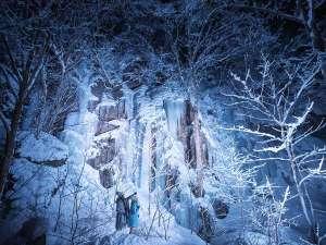 【氷瀑ライトアップツアー】色とりどりに照らされた、天然の巨大氷瀑を巡る絶景ツアーを開催します。