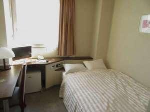 ホテル ビー・エム:ワイドなセミダブルベッドです。