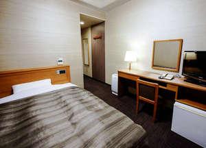 ホテルルートイン鶴岡インター:客室シングルルームの一例。セミダブルサイズのベッドを使用しております。ゆったりとお休み頂けます!