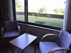 和室6畳 窓側にイス・テーブルセットがございます。
