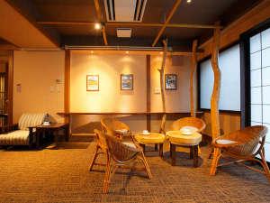 くつろぎ宿 新滝:木のぬくもりが心地よい空間。ラウンジくろねこ【営業時間7時30分~23時30分】