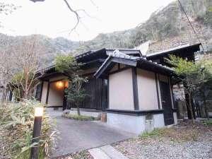 湧泉閣:[離れ/外観]飾り過ぎないシンプルな造り。露天付客室で少し贅沢ステイをお楽しみください。