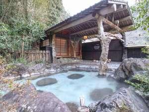 湧泉閣:[庭園露天風呂]晴れた日には満点の星空の下、温泉をお楽しみいただけます。