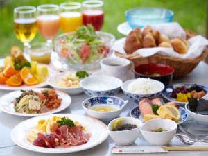 パシフィックホテル沖縄:1階「ガーデンレストラン竜潭」ヨーロピアンガーデンに面した明るいテラスレストラン。