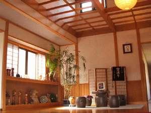 東五郎の湯 高東旅館:「チリン」と鈴の音がなる格子戸の扉を開けてお入り下さい。のんびりと寛いで下さいね(入口ホール)