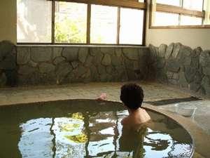 東五郎の湯 高東旅館:「ここのお風呂は天気によって湯の色が変わるんだよ」常連さん。滞在すれば、昼間から温泉を楽しめますよ。