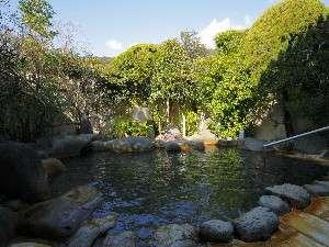 河内屋  源泉かけ流し100%の湯宿:源泉かけ流しの露天風呂宇治は緑に囲まれのんびりと出来ます