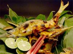 割烹旅館 白為旅館:夏限定の鮎料理は、目の前の錦川から釣りあげられた天然鮎を使用しております。(一例)