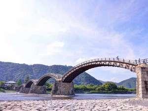 割烹旅館 白為旅館:*錦帯橋は5つの木造の橋が連なる、世界的にもたいへん希な構造です。美しい技術の結晶をご覧下さい。