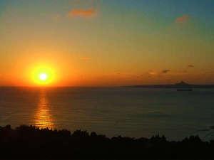 ホテルゆがふいんBISE:天気がよければ幻想的な夕焼けが!空をオレンジ色のグラデーションに染め、穏やかな水面に下りていく夕日