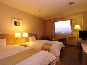 クレフィール湖東:【ツイン(例)】ご夫婦やカップルの2人旅に。琵琶湖側に面した窓からは湖東平野を一望する事が出来ます。