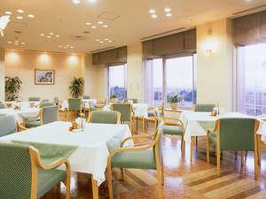 クレフィール湖東:お食事会場は明るく眺めのいいレストランで!湖東平野を一望できます。