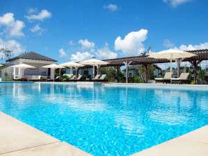 リブマックスアムス・カンナリゾートヴィラ:遠く伊計島をのぞむオーシャンビュープール。プールサイドBBQもお楽しみいただけます。