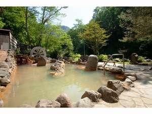 天人閣:緑に囲まれた水車露天風呂