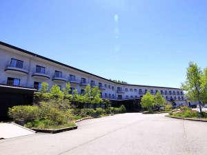 澄み渡る高原の空と八ヶ岳グレイスホテル