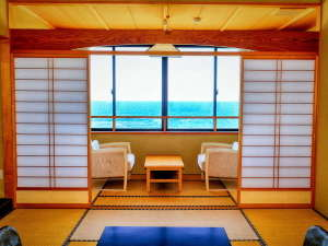 能登観光ホテル:【海側】新館和室10畳では穏やかな夕日や時には荒波など自然を見ることができます。